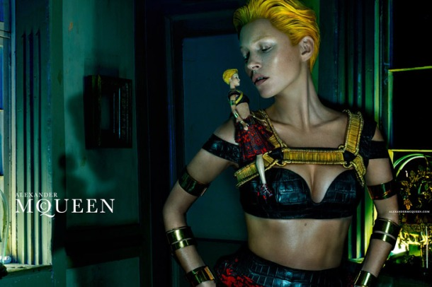 Kate-Moss-Alexander-McQueen-SS14-01